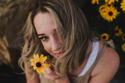 ragazza con fiore